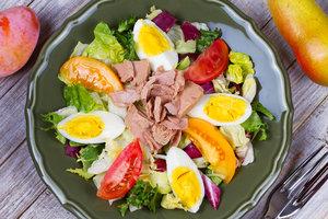Рецепт дня: летний салат с тунцом и помидорами