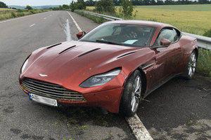 Відеошок: на трасі Дніпро-Харків знайшли кинутий Aston Martin DB11 за 7 млн із запискою