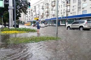 Ливень парализовал Черновцы: затопило дороги и пути железнодорожного вокзала