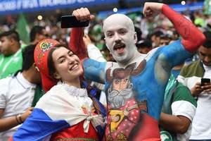В кокошнике и шапке ушанке: яркие фото болельщиков с матча Россия - Саудовская Аравия