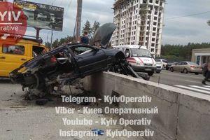 Под Киевом BMW снес остановку и разбил припаркованные авто