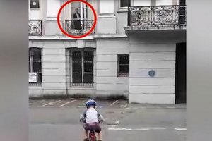 Видеошок: женщина сняла, как призрак наблюдает за ее маленьким сыном из окна старинного особняка