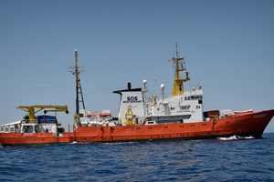 Франция готова принять мигрантов с многострадального судна