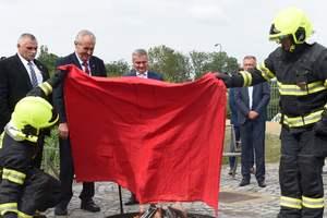 Президент Чехии Земан ответил своим критикам и сжег красные трусы
