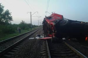 Под Новомосковском грузовик упал с моста на железную дорогу