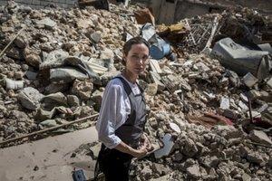 """""""Это самое чудовищное разрушение"""": Джоли прошлась по улицам Мосула, появилось видео"""