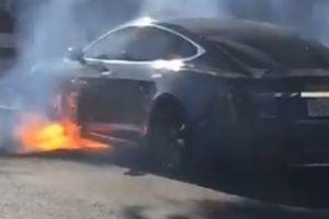 В США электромобиль Tesla загорелся во время движения