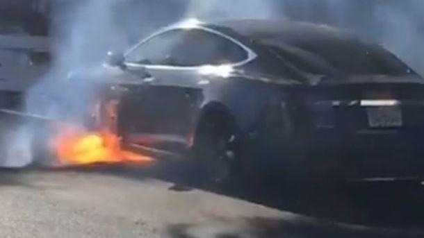 Продюсер «Карточного домика» едва несгорел всвоей Tesla