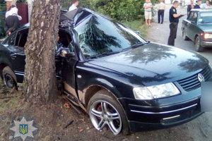 В Ровенской области автомобиль влетел в дерево: травмированы семь человек