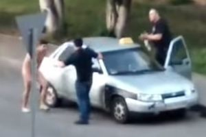 "Видеошок: в Харькове голый мужчина ""атаковал"" такси (18+)"