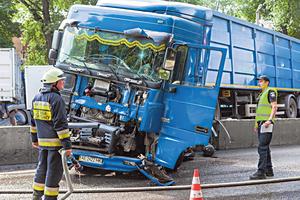 В Днепре фура без тормозов перекрыла движение трамваев