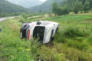 На Закарпатье автомобиль скорой помощи слетел с дороги