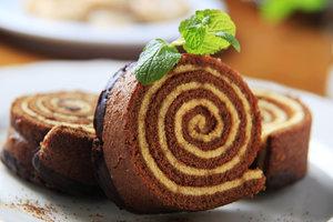 Летняя выпечка: шоколадный рулет с рикоттой и абрикосами