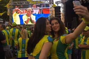 Болельщицы обнажили грудь ради победы сборной Бразилии в матче ЧМ-2018