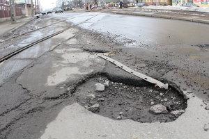 Юристы рассказали, как получить компенсацию за поврежденное авто из-за плохой дороги