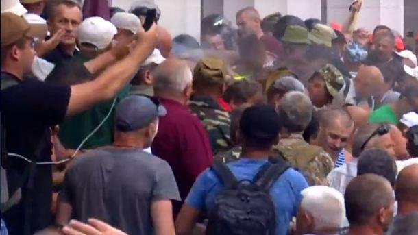 Под Радой начались стычки митингующих с полицией: в ход пошли дубинки и слезоточивый газ