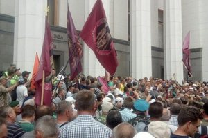 """Активисты """"штурмуют"""" Раду: появилось видео стычек с полицией"""