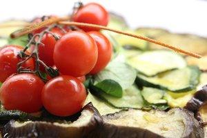 Теплый салат из овощей с фетой и базиликом