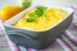 Рецепт дня: ленивый пирог с кабачками, чесноком и сыром