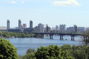 В Киеве до конца лета ограничат движение по мосту Патона