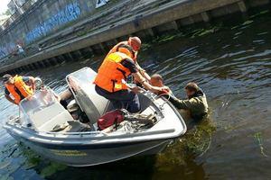 В центре Киева водолазы вытащили двоих мужчин из Днепра