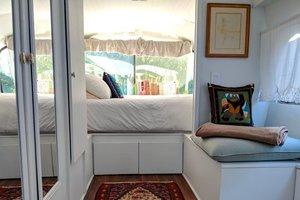 Женщина превратила старый автобус на уютный дом: невероятные фото