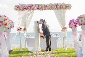 Экс-девушка жениха в платье невесты сорвала свадьбу: видео скандала