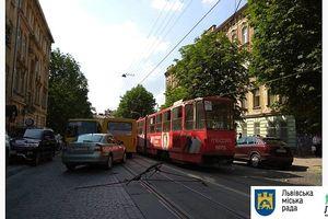 Во Львове подростка из трамвая увезли на скорой: получил травму головы