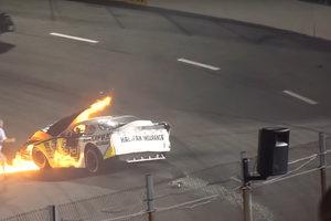 Шокирующее видео: отец вытащил сына из горящей машины и был наказан