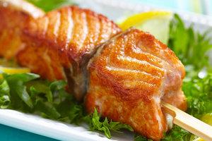 Рецепт для пикника: шашлычки из лосося с чесночным соусом