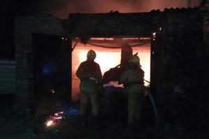 Под Запорожьем в частном гараже ночью сгорели две иномарки