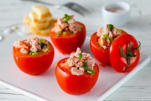 Рецепт дня: фаршированные помидоры с тунцом