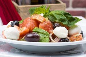 Итальянский салат из овощей с моцареллой и куриным филе
