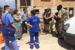 В Крыму российский ОМОН обыскал дом и задержали водителя жены Джемилева