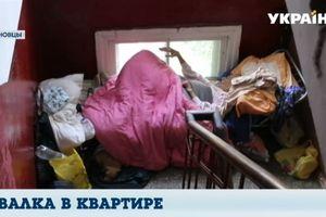 В Черновцах женщина завалила барахлом квартиру, а 94-летнюю мать выселила в подъезд