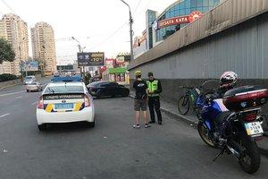 В Киеве велосипедист сбил бежавшего через дорогу мужчину