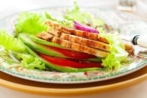 Как приготовить вкусный салат из курицы: ТОП-3 рецепта