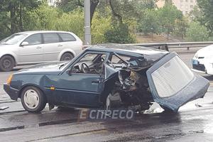 В Киеве пьяный водитель устроил ДТП, машины разбросало по дороге