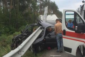 Авто нанизало на отбойник: на трассе Киев-Харьков произошло страшное ДТП