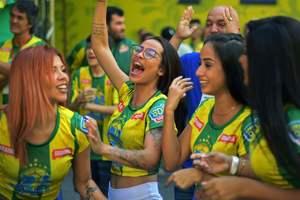 Фанатка сборной Бразилии упала на бокал с вином и погибла