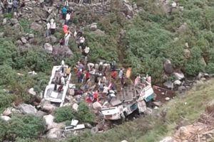 В Гималаях автобус с пассажирами упал с обрыва, 44 погибших