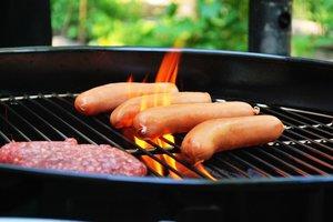 Как правильно готовить сосиски на гриле: два простых способа