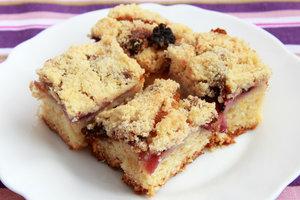 Что испечь к чаю летом: пирог с ежевикой и яблоками