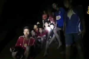После девяти дней поиска в Таиланде нашли исчезнувших в пещере подростков
