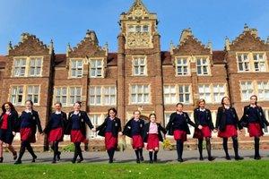В британских школах девочкам запрещают носить юбки