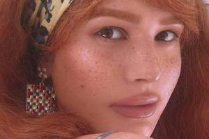 Певица-трансгендер Зианджа сменила имидж и показала декольте