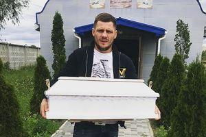 Гроб нес на руках: у боксера Дениса Беринчика умер новорожденный сын