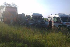 Смертельное ДТП на трассе в Днепропетровской области: Мercedes влетел в грузовик
