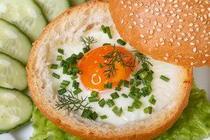 Сытный завтрак: яичница, запеченная в булочке с ветчиной и сыром