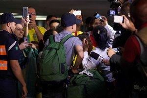 Фанаты забросали камнями автобус с футболистами сборной Бразилии